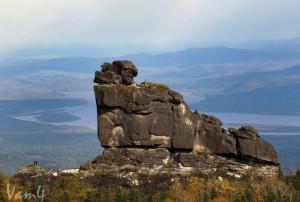 Amurskie-stolbyi.-Vid-s-yuzhnoy-stenyi-na-SHaman-kamen.